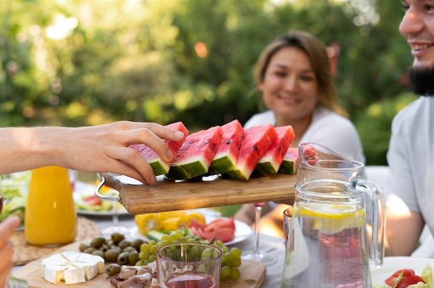 Close up friends at table avec pastèque