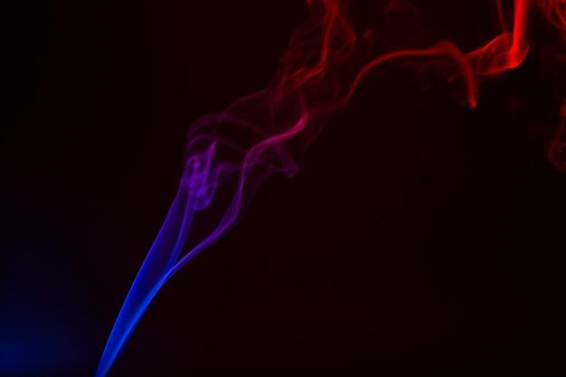 Close-up de fumée colorée sur fond noir