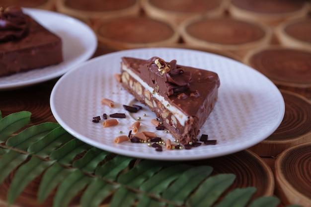 Close up gâteau au chocolat avec des noix