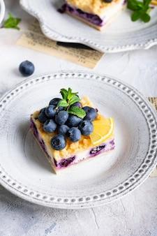Close up de gâteau aux myrtilles et fromage cottage