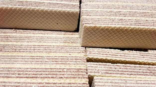 Close-up de gaufres jaunes et brunes farcies à une boîte