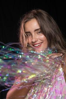 Close-up girl avec châle d'étincelles pour la fête