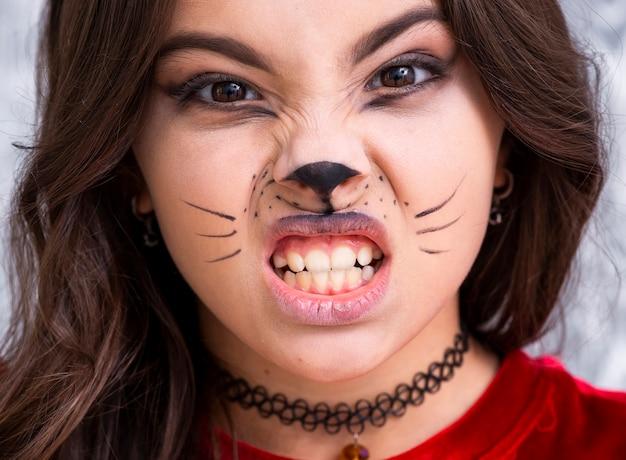 Close-up girl avec visage peint pour halloween