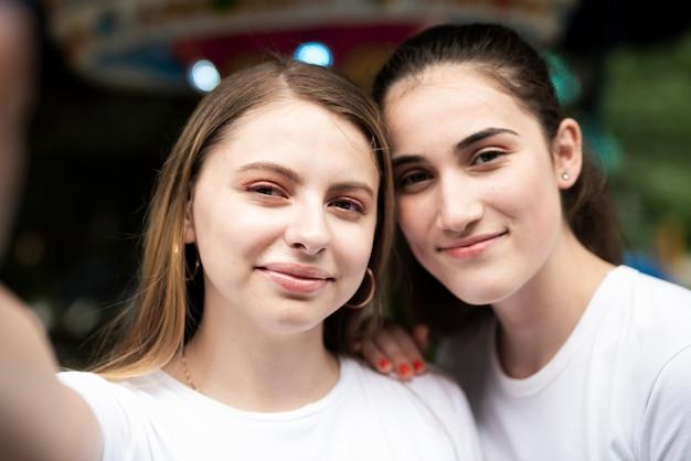 Close-up girls regardant la caméra pour selfie