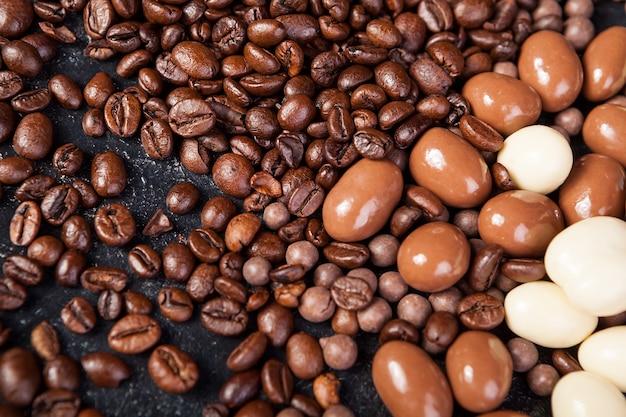 Close up de grains de café et d'arachides au chocolat mélangé