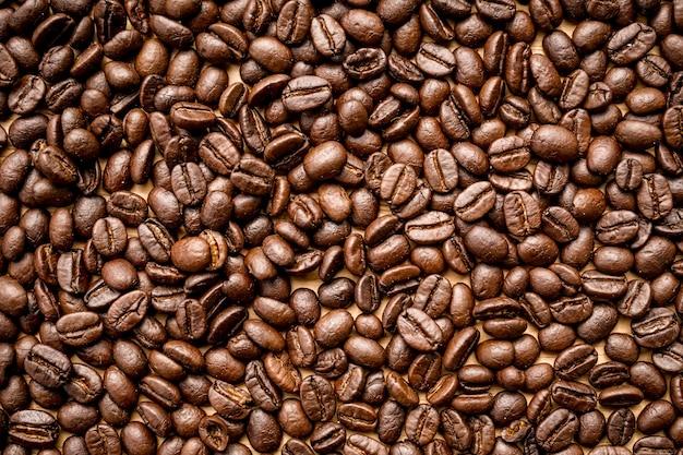 Close up de grains de café torréfiés peut être utilisé comme arrière-plan