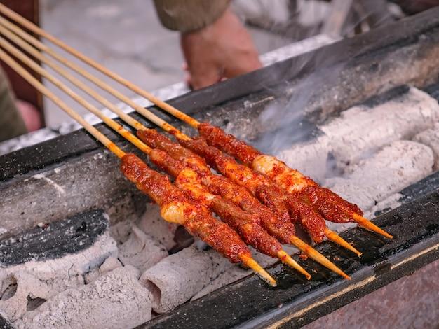 Close up grill lamb street food dans l'ancienne ville de fenghuang.ancienne ville de phoenix ou comté de fenghuang est un comté de la province du hunan, chine