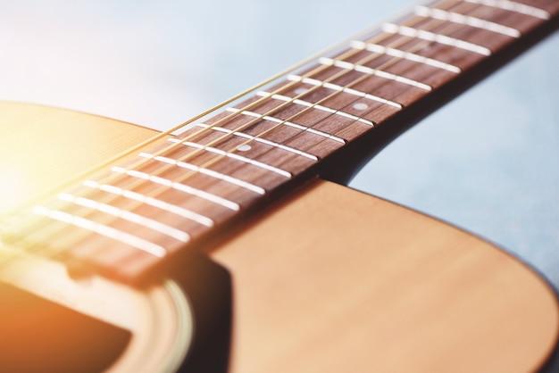 Close up guitare acoustique instrument de musique pour les loisirs ou le concept de passion de passe-temps.