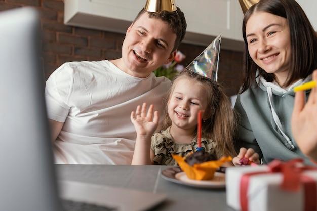 Close up happy family célébrant l'anniversaire