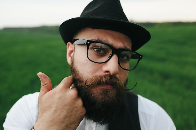 Close-up de l'homme avec une barbe et des lunettes