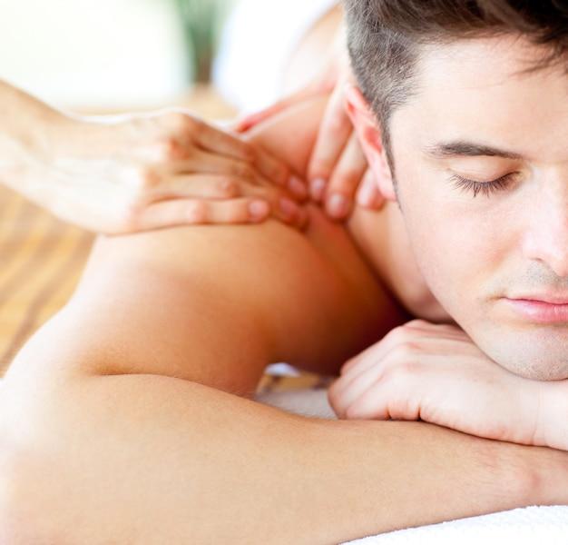 Close-up d'un homme séduisant ayant un massage du dos