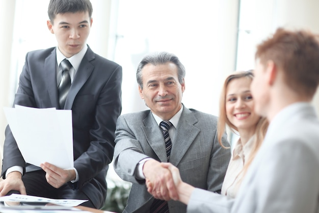 Close up.image de la poignée de main des partenaires commerciaux au bureau.