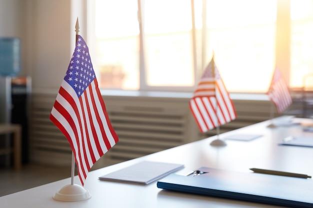 Close up image de surface d'un bureau de vote vide décoré de drapeaux américains le jour de l'élection, copiez l'espace