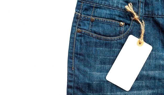 Close-up jeans avec étiquette de prix blanc en carton blanc pour votre texte.