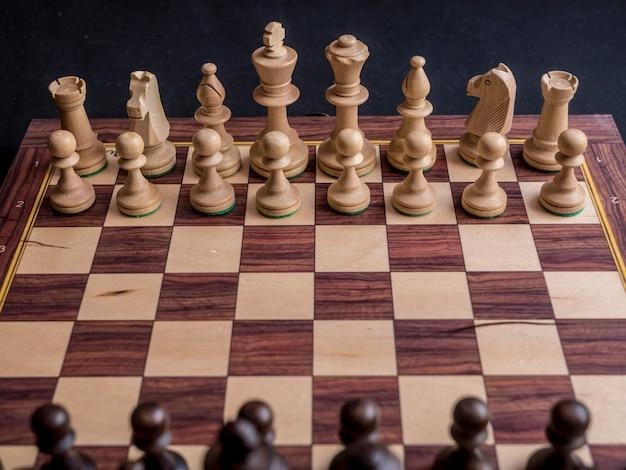 Close up jeu d'échecs de position par défaut sur tableau noir