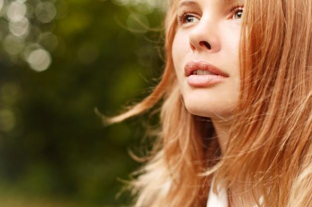 Close-up d'une jeune femme avec un regard profond