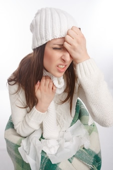Close-up de la jeune femme avec un rhume