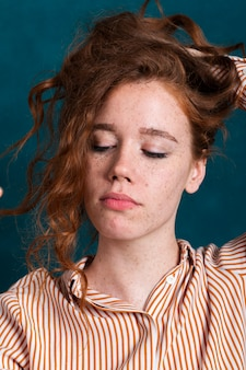 Close-up jolie femme tenant ses cheveux