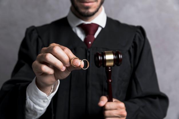 Close-up juge avec anneaux d'or et marteau