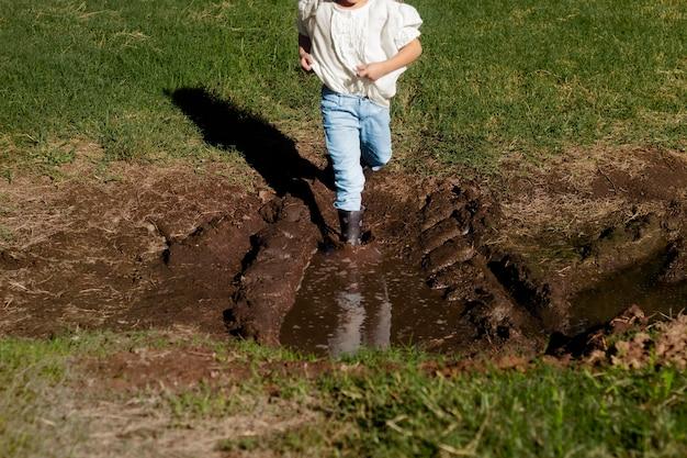 Close up kid courir dans la boue