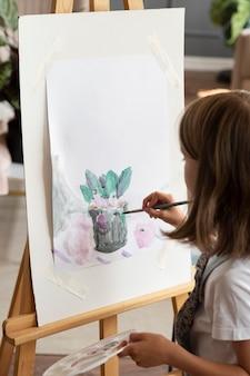 Close up kid peinture avec pinceau