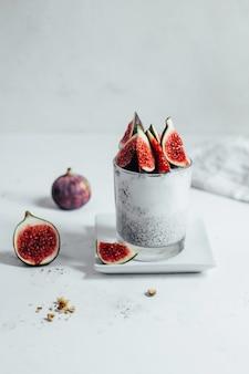 Close-up de lait chia pudding aux figues sur fond blanc