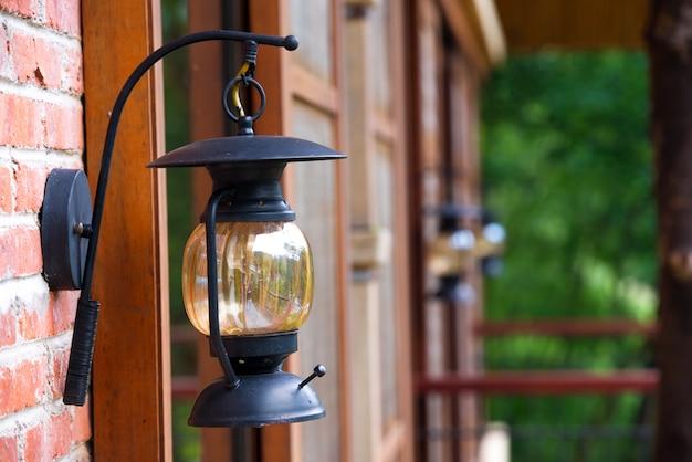 Close-up lanterne sur le mur de briques