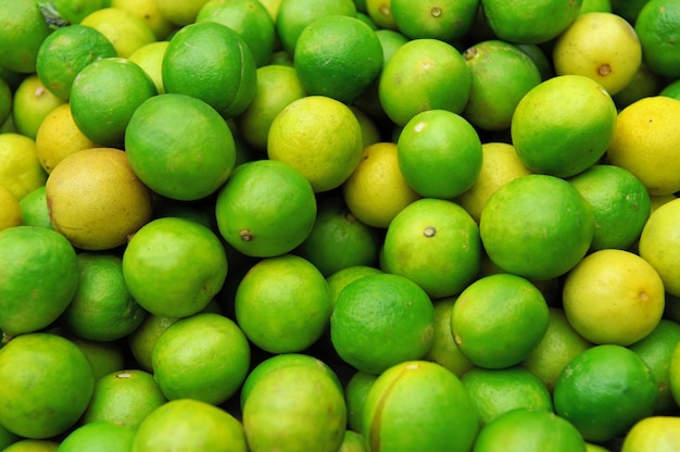 Close up de limes juteuses fraîches sur pile