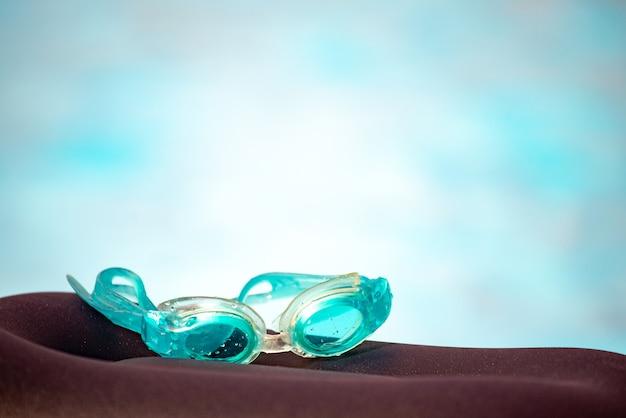 Close-up de lunettes de natation pour enfants imperméables se trouvent sur une surface en bois