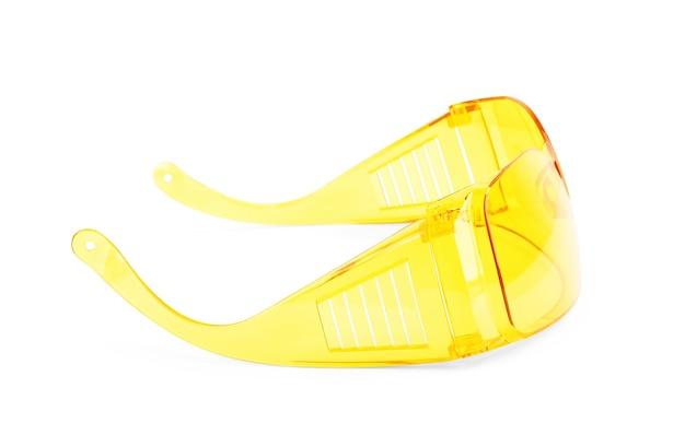 Close-up de lunettes de sécurité sur fond blanc