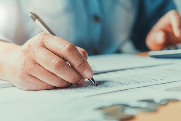 Close up main business femmes faisant de la comptabilité des documents financiers au bureau