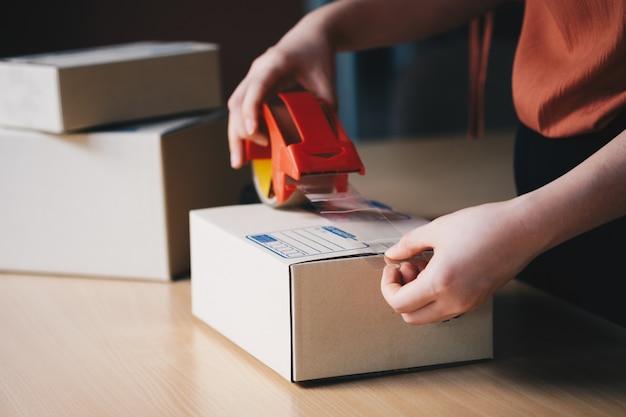Close up main colis d'emballage préparer à la livraison