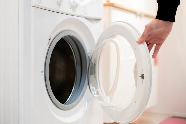 Close up main lancer set et commencer la machine à laver le linge à la maison salle de bain