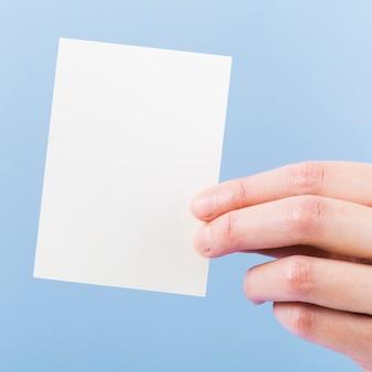Close-up main tenant une carte de visite vierge