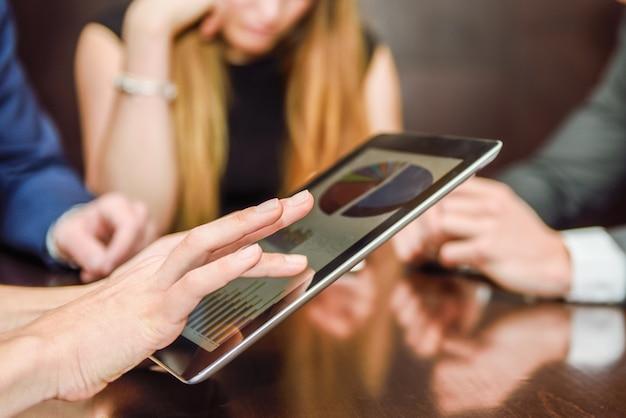 Close-up des mains d'une femme examinant un rapport