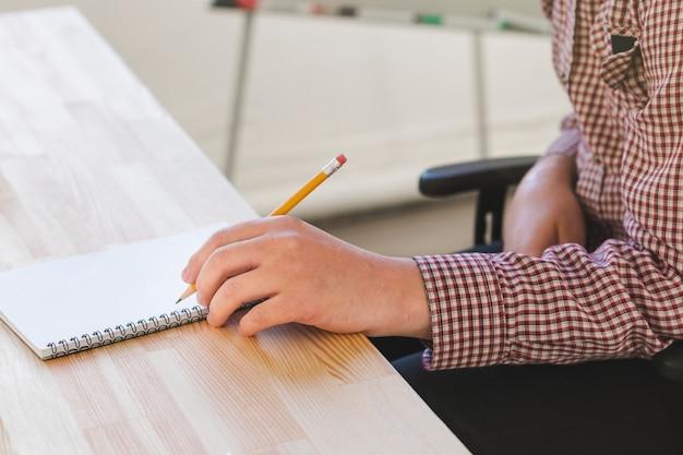 Close-up male travaillant sur le projet au bureau