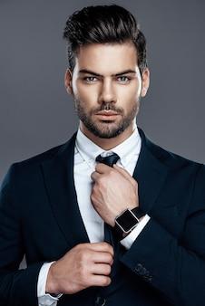 Close-up man est dans une chemise blanche avec une cravate