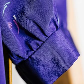 Close-up de la manche en soie bleue