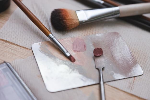 Close-up, où la maquilleuse mélange les cosmétiques sur la palette.