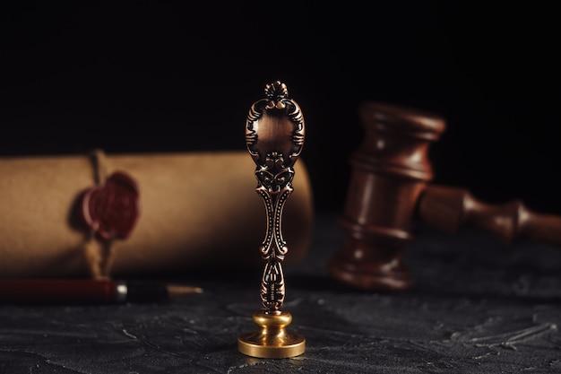 Close up de marteau en bois et ancien sceau de cire notarié