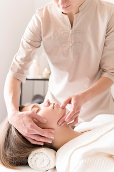 Close-up masseuse relaxant client