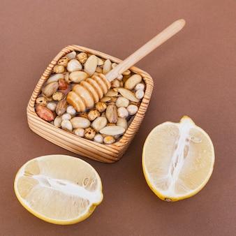 Close-up mélange de noix au citron