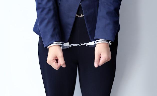 Close up menottes verrouiller la femme d'affaires à la main