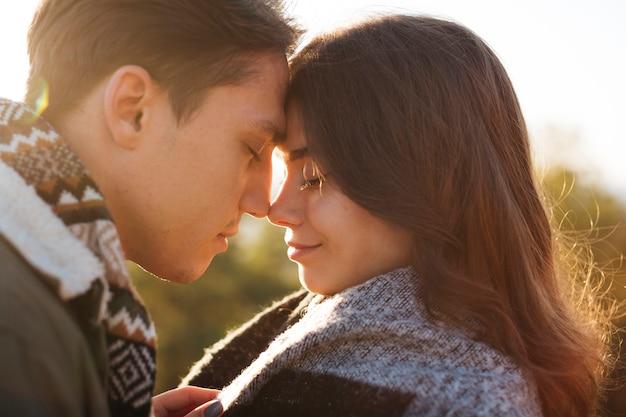 Close-up mignonne jeune couple amoureux
