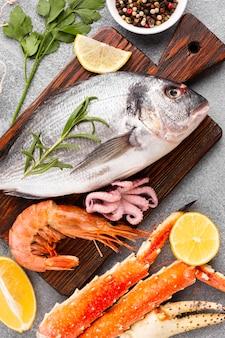 Close-up mix de fruits de mer sur fond de wodden