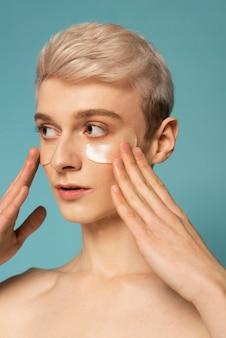 Close up modèle avec des patchs oculaires