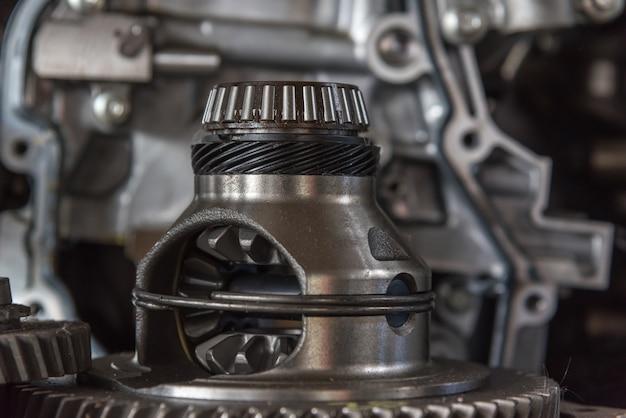 Close-up de moteur sale de voiture démontée aux pièces de moteur et à l'équipement au garage de voiture