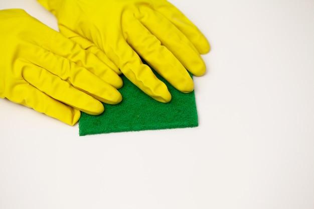 Close up nettoyage entreprise travailleur main tenant une éponge