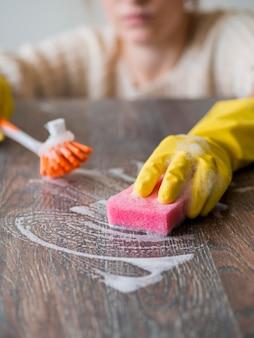 Close-up nettoyant désinfectant avec une éponge et une brosse