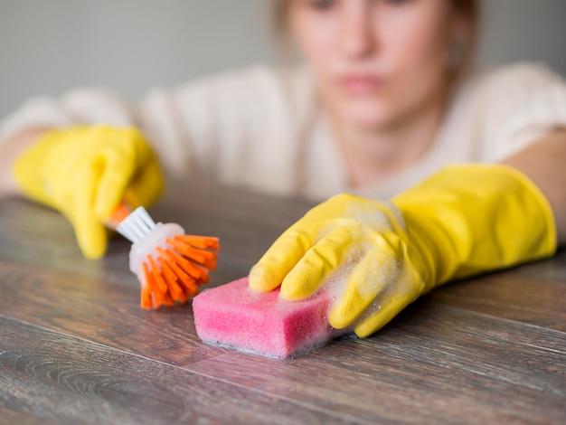 Close-up nettoyant désinfectant avec une éponge